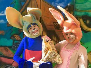 atores principais da peça 'o coelhinho atrasado' posam para foto caracterizados em meio ao cenário