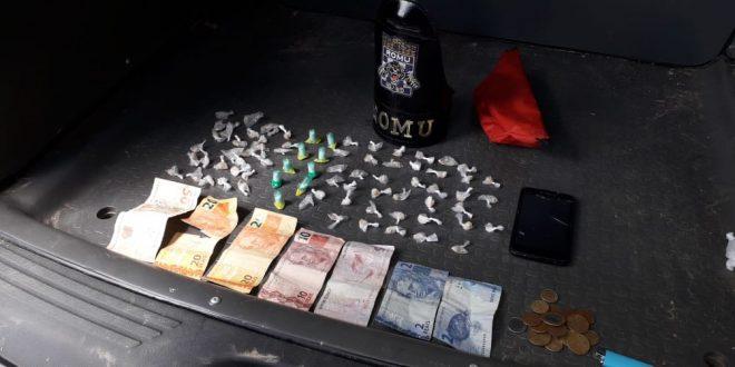 drogas e cédulas de dinheiro dispostas em uma mesa
