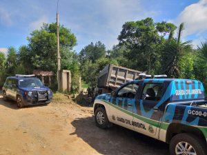 viaturas estacionadas perto de caminhão descarregando entulho