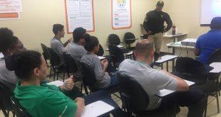 colaboradores do atacadão acompanham palestra da settrans