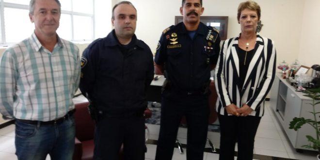 autoridades reunidas posam para foto