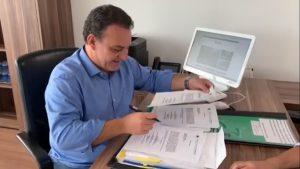Prefeito Rogério Franco assinando a ordem de início obra UBS Mirizola
