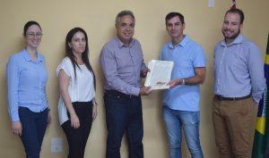 prefeito cláudio goés e autoridades exibem certificado de regularização da santa vitória