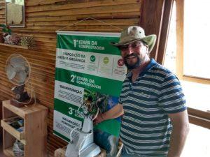O secretário do meio ambiente Carapicuíba, Professor Batata, posa para foto