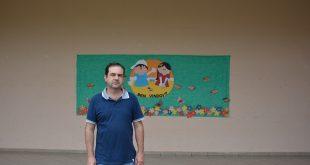 alexandre pierroni posa dentro de escola em são roque