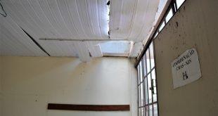 interior do cras são joão novo com pedaços do teto caindo
