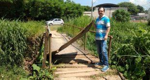 vereador alexandre pierroni posa ao lado da ponte