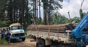 caminhões com tubulações para a avenida dona nega