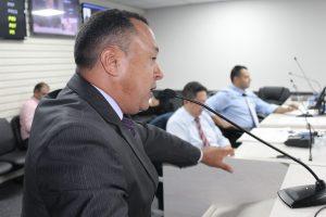 Beserra discursa durante sessão na câmara de carapicuíba com alguns colegas ao fundo