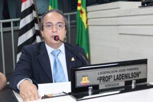Professor Ladenilson discursa durante sessão na câmara de carapicuíba