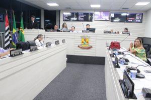 vereadores reunidos durante sessão da câmara de carapicuíba