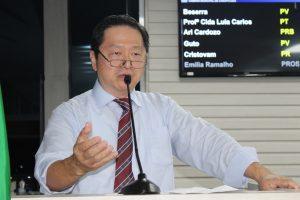 Dr. Vong discursando durante sessão da câmara de carapicuíba