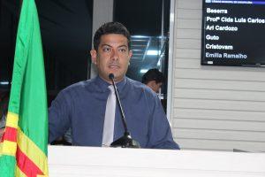 Fabinho Reis discursando durante sessão da câmara de carapicuíba