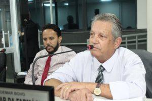 Valdemar da farmácia discursando durante sessão da câmara de carapicuíba com um colega ao fundo