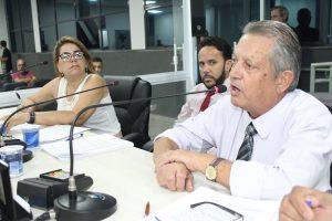 Valdemar da Farmácia discursa durante sessão extraordinária da cãmara de carapicuíba, observado por dois colegas