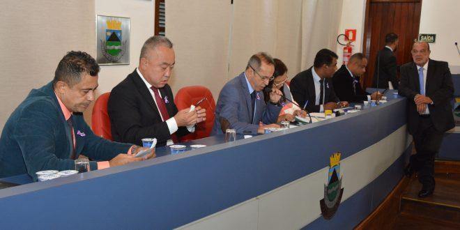 Tim, Celso Itiki, Dr. Castor, Drª Eliana, Professor Osmar, Sandrinho Santos e Tagarela na mesa diretora da câmara de cotia