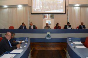vereadores reunidos na mesa diretora e no plenário da câmara