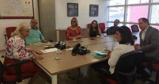 autoridades reunidas para discutir a avaliação