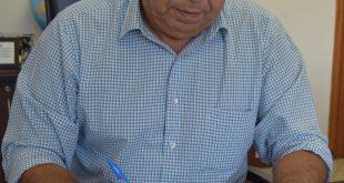 prefeito cláudio goés em sua mesa assinando contratação da empresa