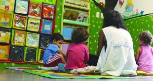 crianças brincando em sala de creche em jandira
