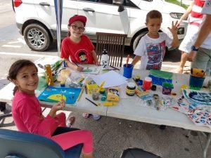Crianças criando placas para mudas de plantas