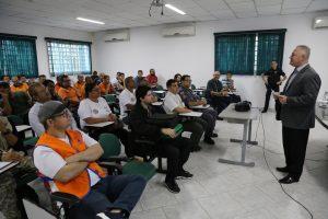 agentes da defesa civil e do IPT em sala de aula