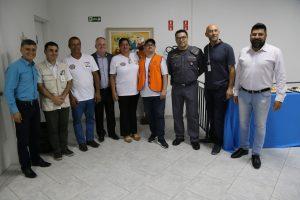 agentes da defesa civil e do IPT posam para foto