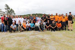 agentes da defesa civil e do IPT observam drone voando