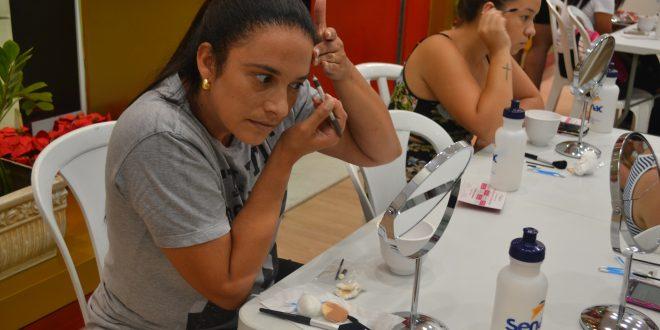 mulheres aplicando maquiagem e bijuterias diante de espelhos de mesa