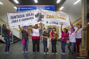 agentes da saúde caminham pelo terminal de cotia com faixas educativas