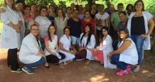 participantes reunidas posam para foto