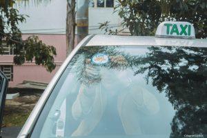 um táxi com o selo de aprovação afixado no para-brisa