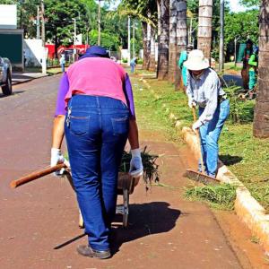 homens trabalhando em rua de jandira