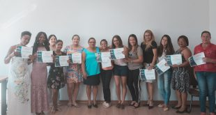 alunas do curso de manicure posma com certificados em mãos