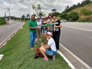 Grupo plantando mudas na Avenida São Camilo, em Carapicuíba