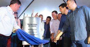 prefeito e autoridades discursam na inauguração da nova secretaria da saúde de carapicuíba