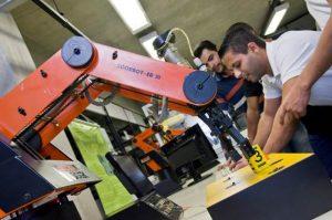 estudantes manipulando maquinário