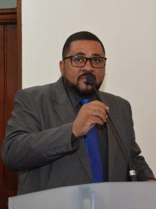 Marcinho Prates discursando na tribuna da câmara de cotia