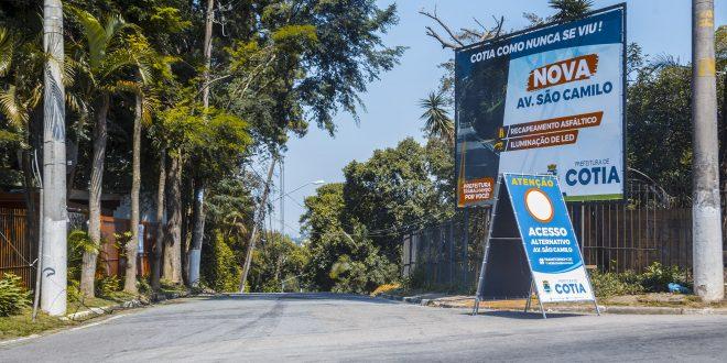 esquina da avenida são camilo com a rua dom joaquim com placas informando sobre a obra