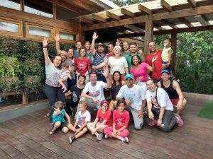 grupo envolvido no plantio global posa para foto