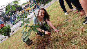 fernanda plantando uma muda