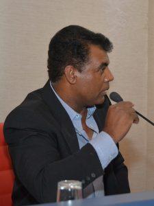 professor osmar discursa durante a audiência pública com a sabesp