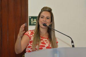 Professora Camila Godói discursando na tribuna da câmara de cotia