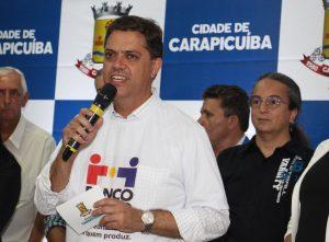prefeito marcos neves discursando durante reabertura do banco do povo