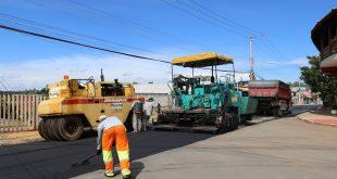 homens e máquinas trabalhando em Recapeamento da Rua Camburiú