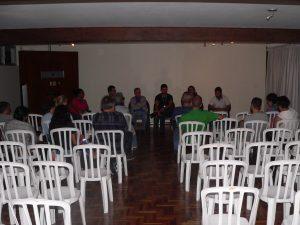 visão geral da reunião, incluindo autoridades e moradores