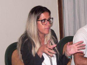Fabiana Marques falando aos moradores