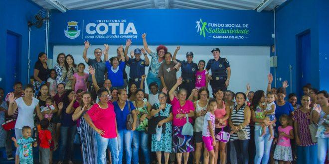 participantes da reunião posam para foto de mãos dadas