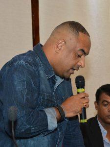 sandrinho santos discursa durante a audiência pública com a sabesp