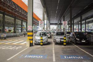 vagas especiais demarcadas em estacionamento de supermercado em cotia
